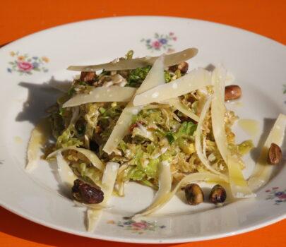 Groene koolsalade met parmezaan en pistache